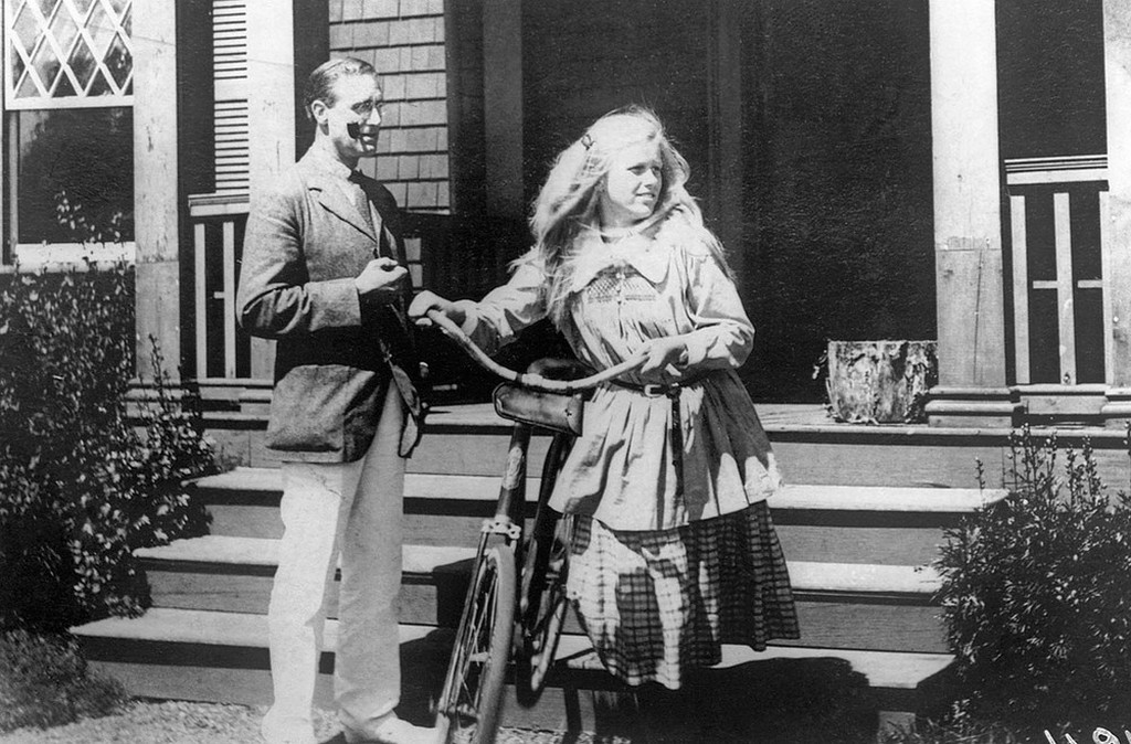 1920_vice_presidential_candidate_franklin_d_roosevelt_at_his_summer_home_in_campobello_with_his_14_year_old_daughter_anna.jpeg