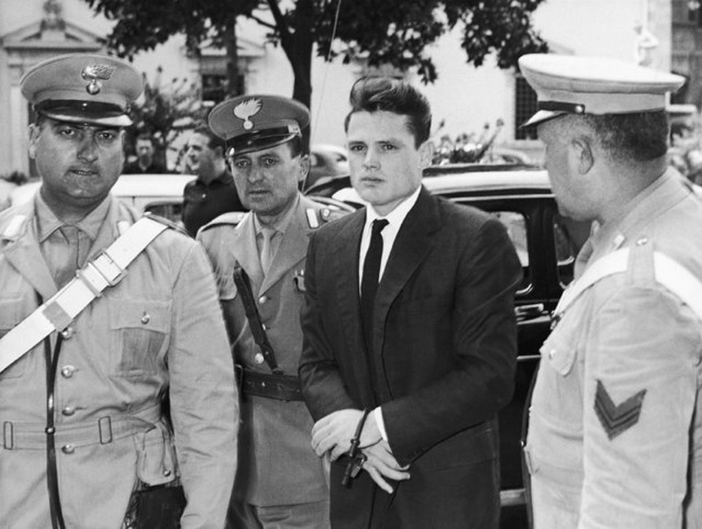 1961_american_jazz_trumpeter_chet_baker_handcuffed_and_escorted_by_italian_carabinieri_kabitoszercsempeszetert.jpeg
