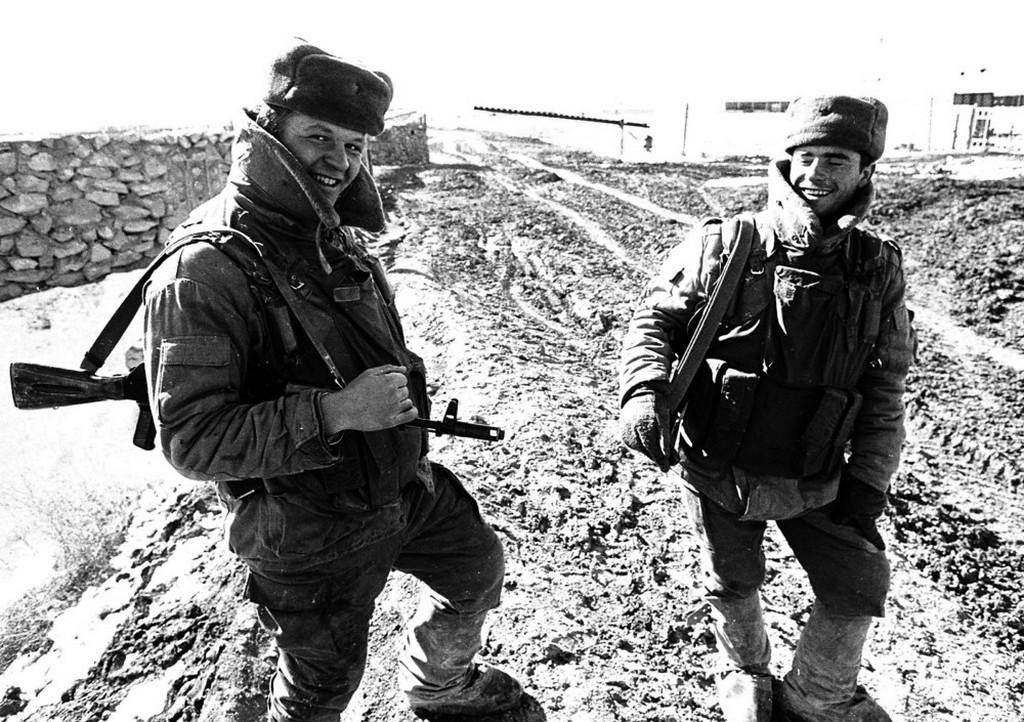 1989_ket_szovjet_katona_mosolyog_kabulban_az_afganisztanbol_torteno_kivonulas_hirere.jpeg