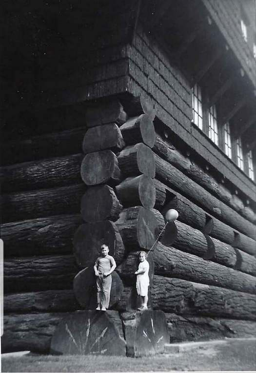 1938_world_s_largest_log_cabin_portland_oregon_usa_built_in_1905_burned_down_in_1964.jpg