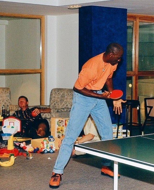 1992_michael_jordan_plays_ping_pong_while_larry_bird_gets_drunk.jpg