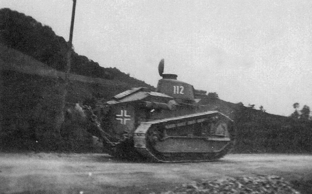 1942 körül. Pzkpfw 17r 730(F), azaz egy zsákmányolt Renault Ft a Whermacht szolgálatában..jpg