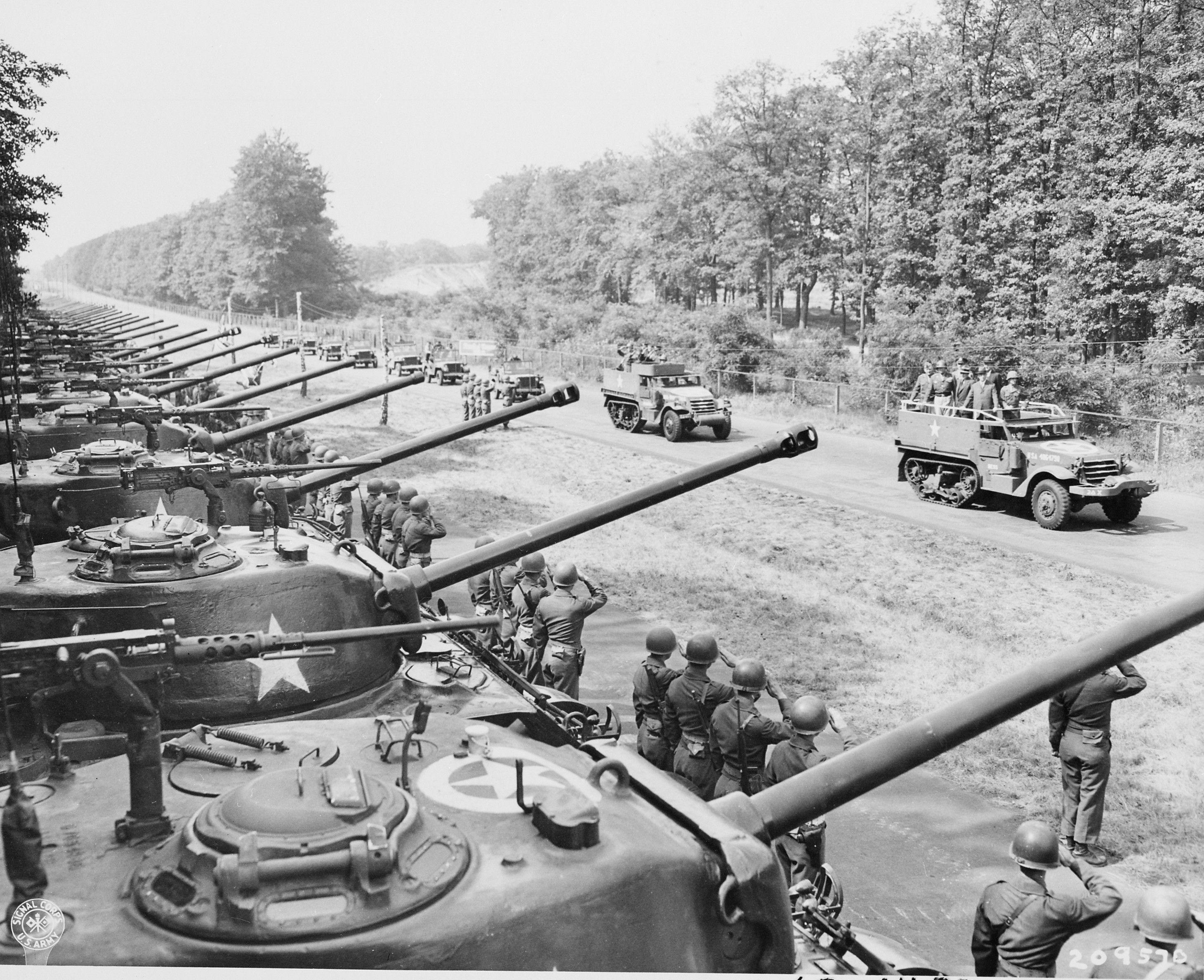1945. júlus. Patton tábornok szemlézi az amerikai második páncélos hadtestet Berlin közelében..jpg