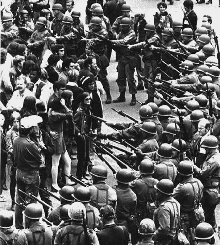 1969. A Nemzeti Gárda katonái tartóztatják fel a vietnámi háború ellen tűntetőket Berkeley-ben (Kalifornia)..jpg