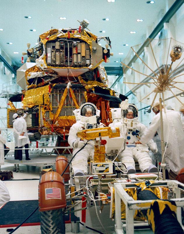 1972. Charles Duke és John Young űrhajósok utoljára még egyszer tesztelik a holdjárót, mielőtt berakodják az Apollo 16-ba..jpg