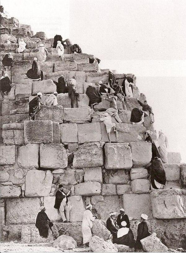 1885. A Gizai piramist megmászó turisták..jpg