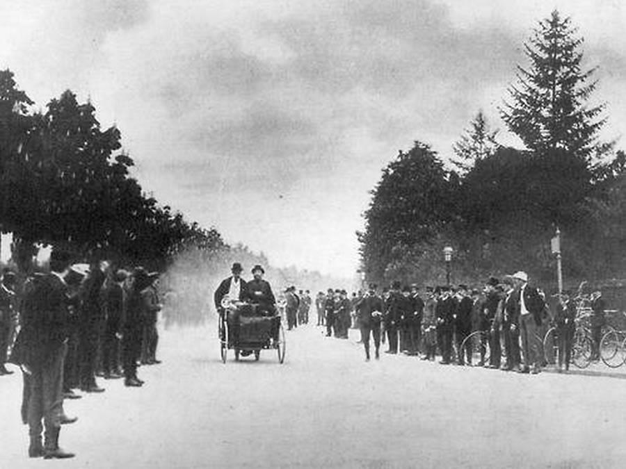 1887. Georges Bouto és De Dion báró a Neuilly-Versailles autóversenyen..jpg