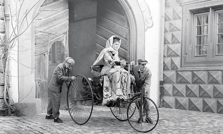 1888. Bertha Benz két fiával a saját autómobiljával. Ő volt az első nő, aki rendszeresen egyedül is használt autót..jpg