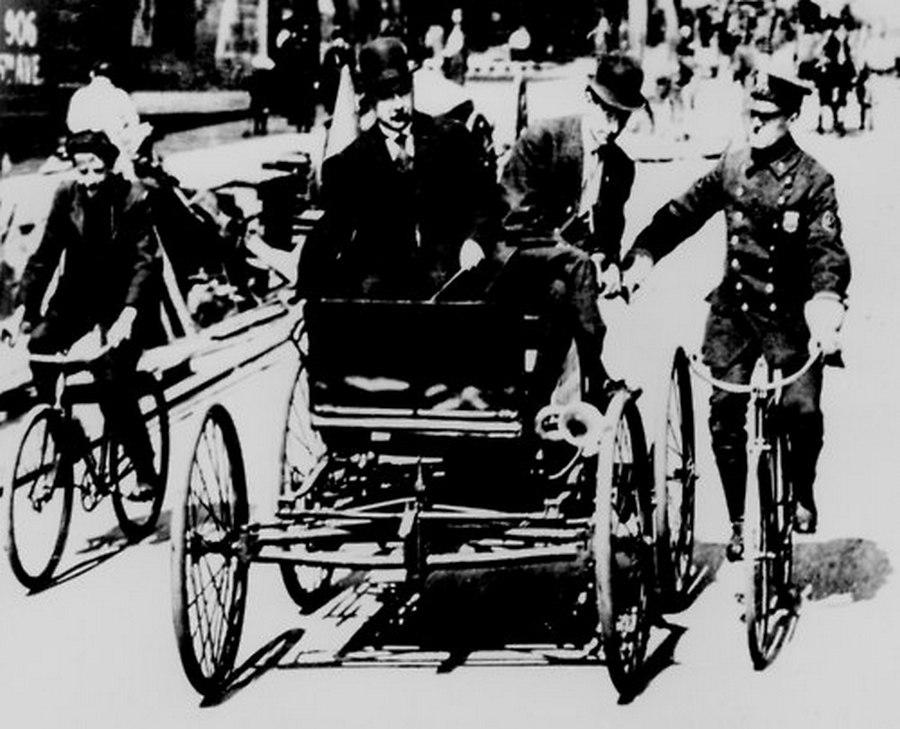 1899. New York. A közlekedési szabályt sértett automobilt egy biciklis rendőr állítja meg..jpg