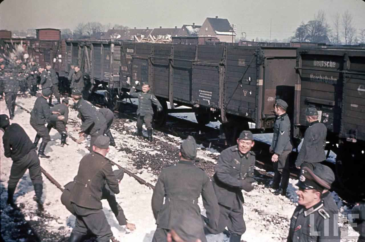 1940-41. tele. Német Wehrmacht katonák hógolyóznak Franciaországban..jpg