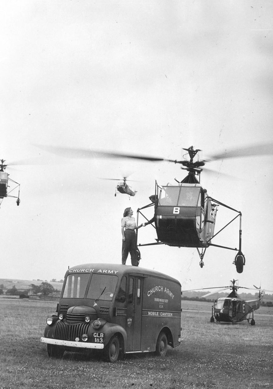 1945. Nagy Britannia. A kantinos hölgy egy csésze teát nyújt át egy Sikorsky helikopter legénységének..jpg