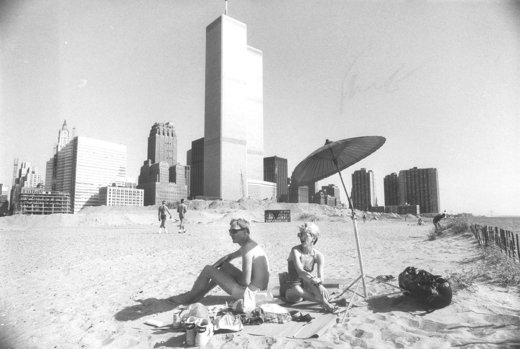 1983. A Világkereskedelmi központ szomszédságában 1985-ig még strand volt..png