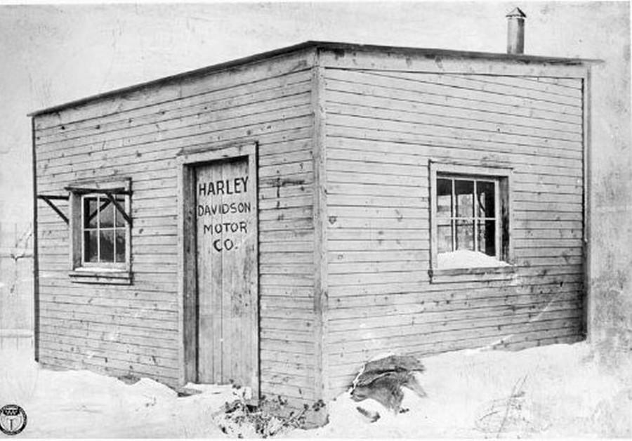 1903. Az első Harley-Davidson motor építő műhely. A 13 négyzetméteres épület a Davidson család telkén állt..jpg