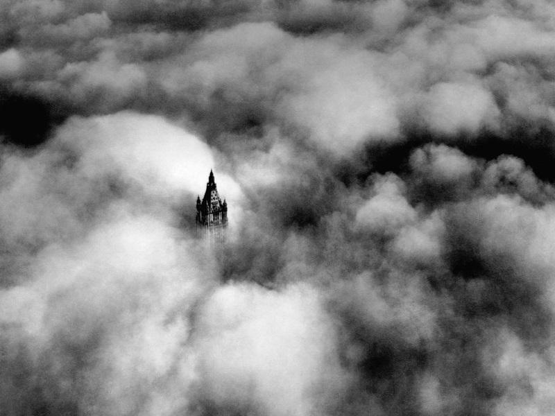 1928. A New York-i Woolworth torony a felhők között..jpg