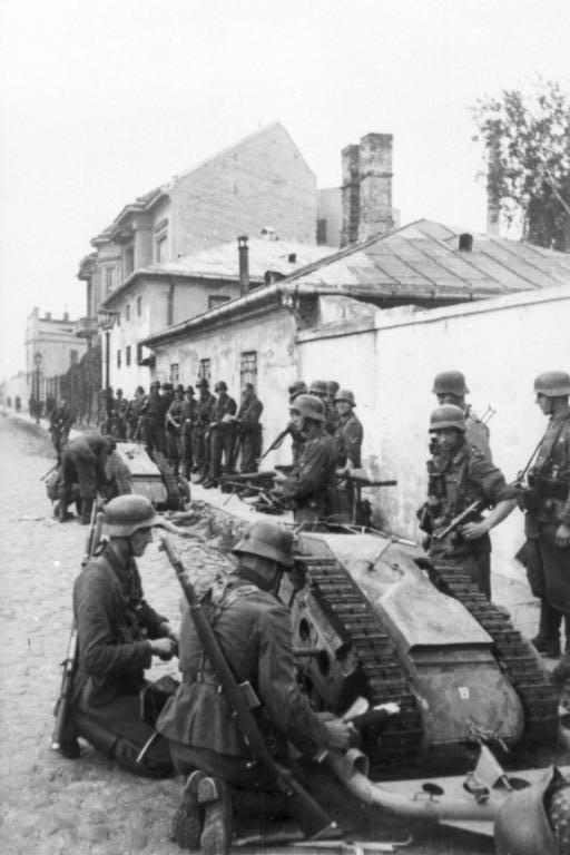 1944. Német Goliath bevetésen a Varsóban. A mini tank 100 kg robbanóanyagot szállíthatott távirányítással..jpg