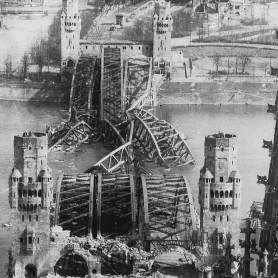 1945. április 7. A felrobbantott Hohenzollern-híd a Rajnán, Kölnben..jpg