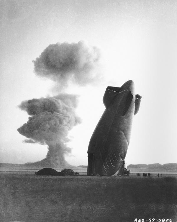 1957. U.S. Navy Goodyear ZSG-3 maradványai egy nukleáris teszt után a nevadai sivatagban..jpg