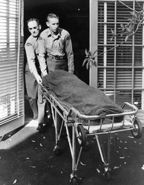 1962. Marilyn Monroe holttestét szállítják el a halottkémek..jpg