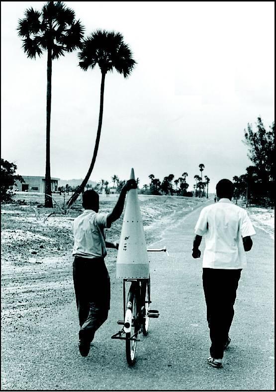 1968. Indiai rakétamérnökök szállítják az orrkúpot a kilövés helyszínére..jpg