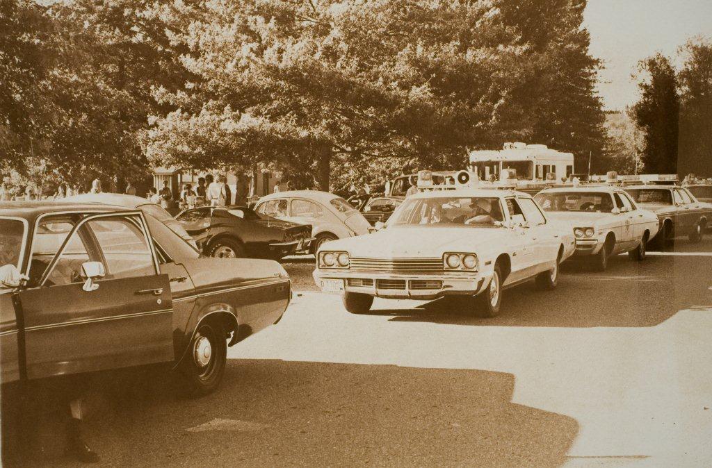 1974. Ted Bundy a sorozatgyilkos ül Volkswagen bogarában. A rendőrség által készített képre véletlenült került az akkor még ismeretlen Bundy. Egyszerűen nem tudott kitolatni a rendőrautóktól..jpg