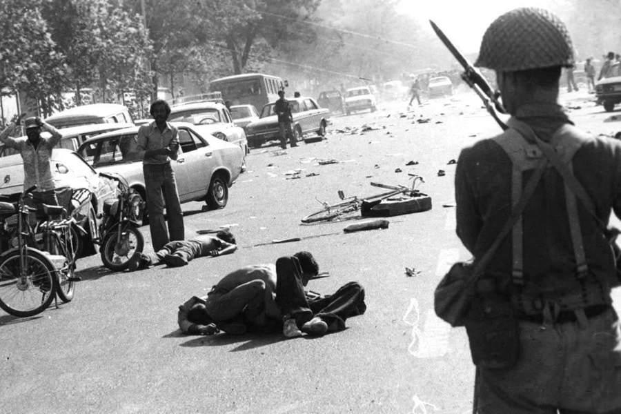 1978. Az iráni forradalom idején a véres utcai összecsapások után halottak és sebesültek az utcákon..jpg