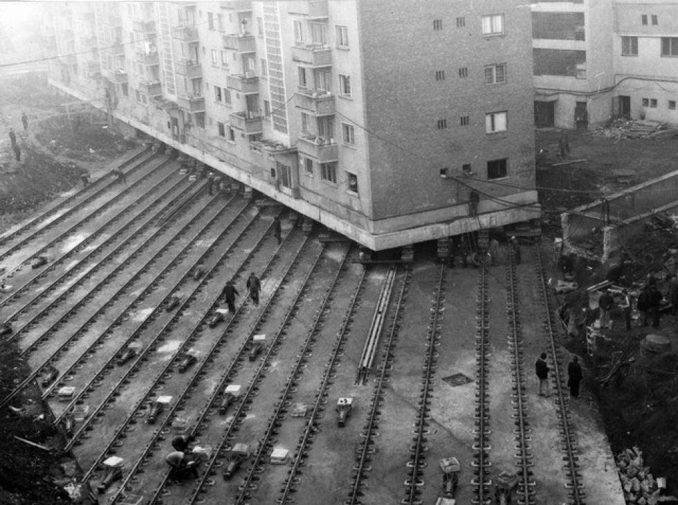 1987. Egy tömbház költöztetése Romániában, Gyulafehérváron. 55 méterrel került odébb az épület egy út építése miatt..jpg
