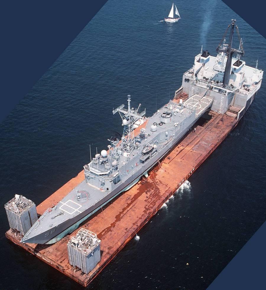 1988. Az USS Samuel B. Roberts a Might Servant 2. szállítóhajón. A fregatt egy 1500 dolláros iráni aknától sérült meg a Perzsa-öbölben. Teljes javítási költsége 89.5 millió dollárra rúgott..jpg