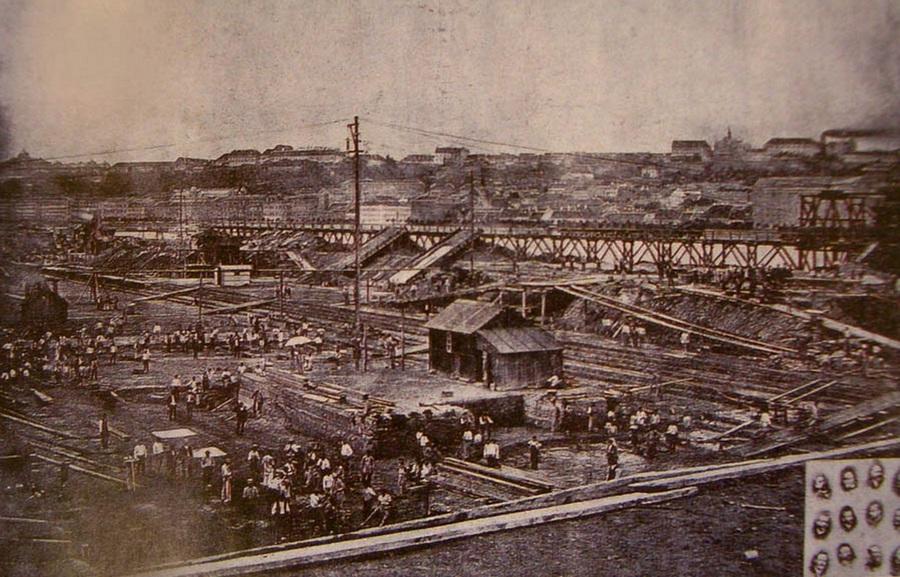 1885. A Parlament építési munkáinak megkezdése. Az alapozás során 2 és 4.7 méter vastag beton lemezalapot készítettek..jpg