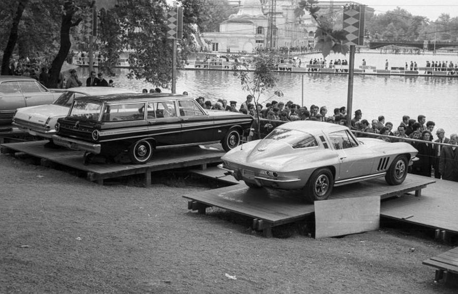 1969. BNV a Városligetben. Elképesztő autócsodák Chevrolet Corvette Coupe, mellette egy Ford Falcon Futura V8 Station Wagon, és egy Plymouth Valiant 200 4-door Sedan..jpg