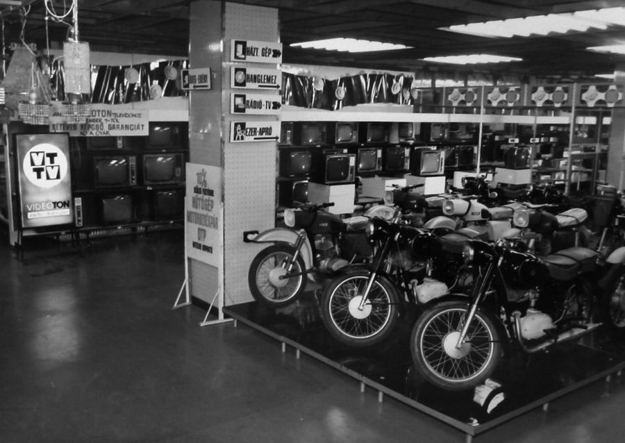 1970. Miskolci Centrum Áruház műszaki osztálya.jpg