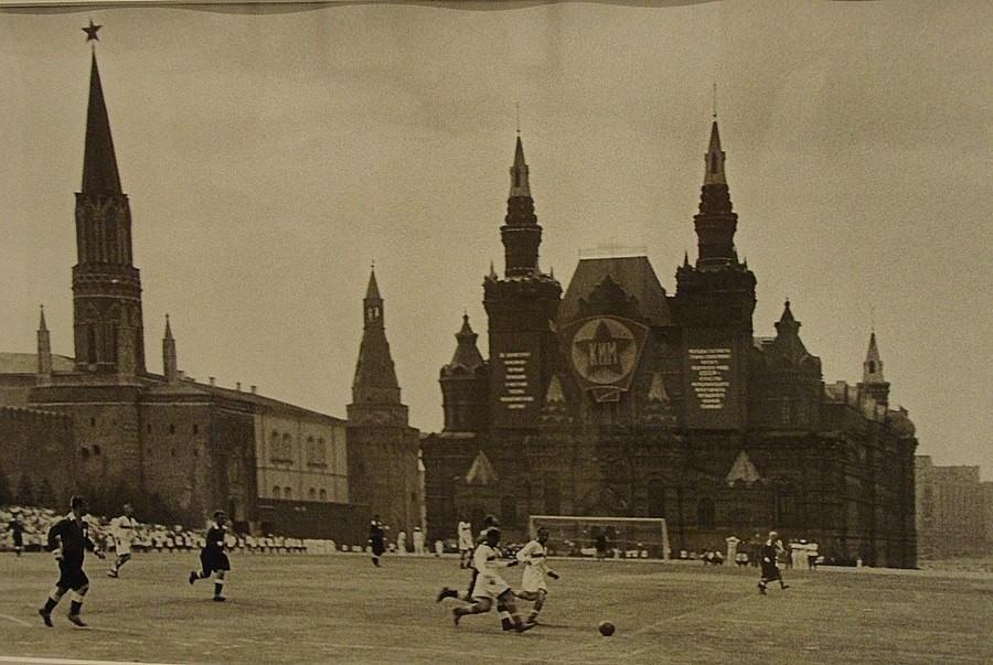 1930-as évek. Focimeccs a Vörös téren..jpg