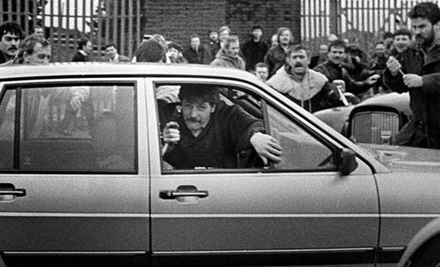 1988. David Howes és Derek Wood a brit hadsereg őrmesterei rántanak pisztolyt a Milltown temetői mészárlás alatt..jpg