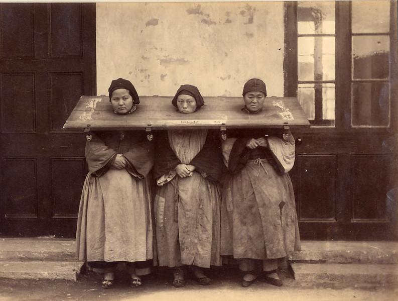 1907. Három kínai nő közös kalodában..png