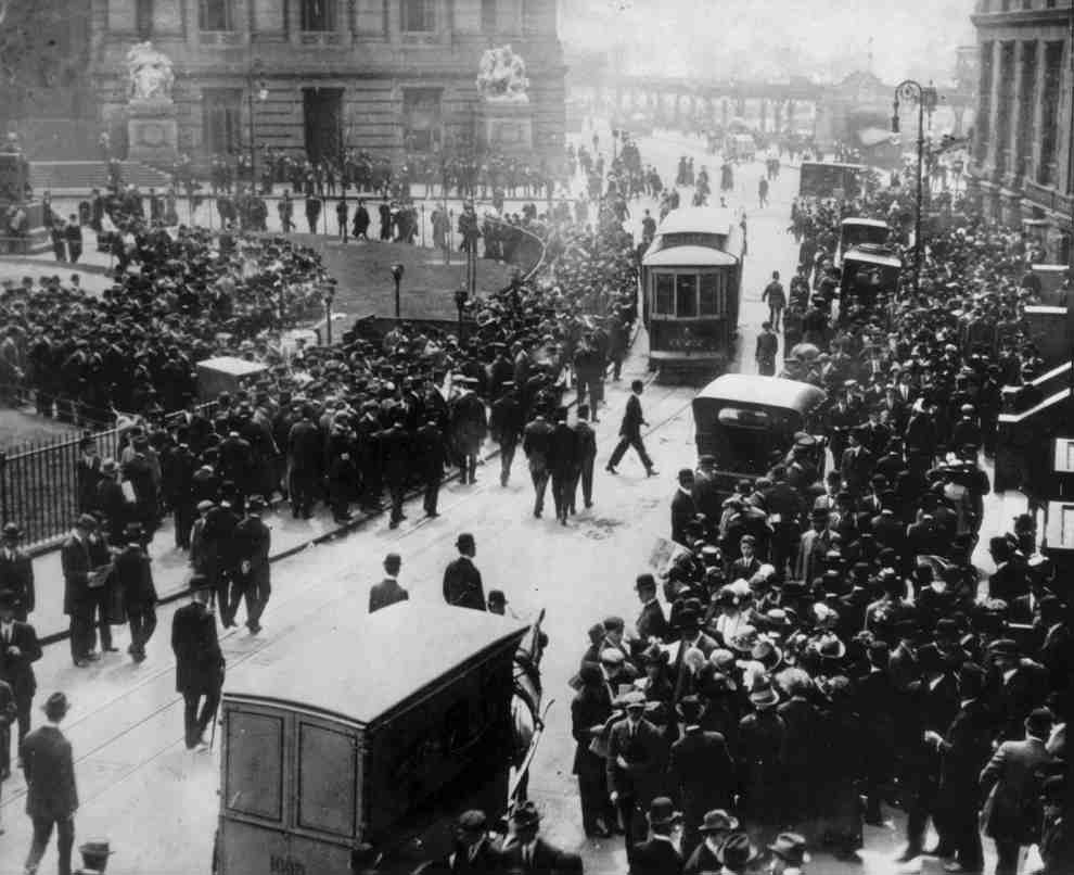 1912. április 15. A Titanic elsüllyedése után New Yorkban a hozzátartozók a White Star irodája előtt hírekre várnak szeretteik sorsa felől..jpg