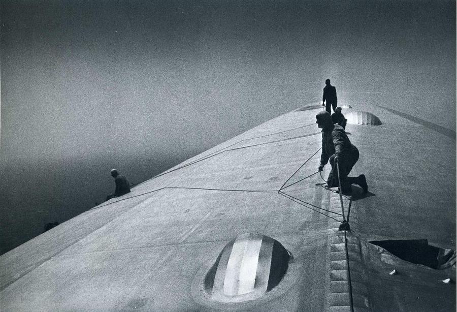 1934. Karbantartók a Graf Zeppelin tetején menet közbeni javítási munkákat végeznek egy vihar után, valahol az Atlanti óceán felett..jpg