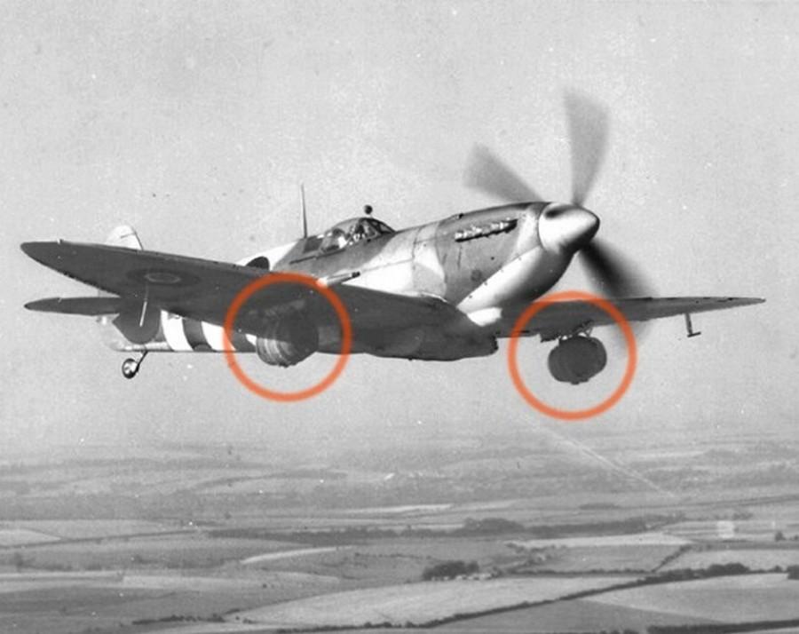 1944. június 13. Egy sörgyár több hordó sört ajánlott fel a harcoló alakulatoknak, amiket a Spitfire-ek szárnyuk alá rögzítve szállítottak le. Legalább jól lehűlt._cr.jpg
