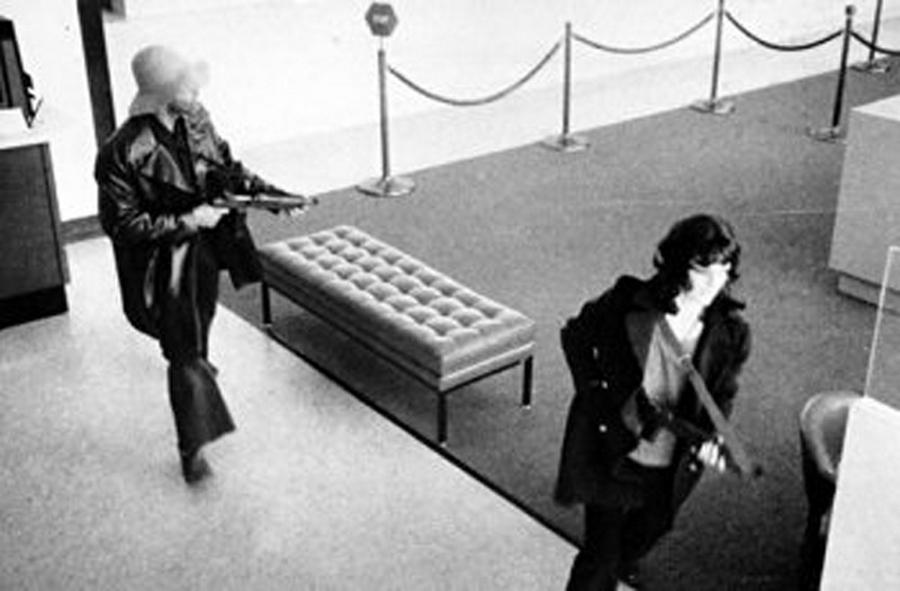 1974. április 15. Patricia Hearst és a Symbionese Liberation Army (S.L.A.) kirabolja a san francisco-i Hibernia Bankot..jpg