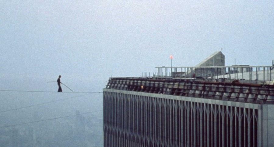 1974. augusztus 7. Philippe Petit kötéltáncos illegális mutatványa a két new yorki ikertorony között..jpg