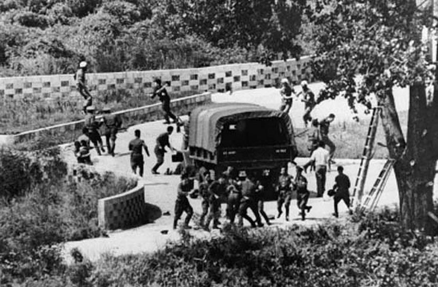 1976. augusztus 18. Észak-koreai katonák támadják meg az amerikai és dél-koreai katonákat az Axe Murder incidens során. Az északiak szerint a demilitarizált övezetben fákat nyeső katonák megsértették Észak-Korea területét. Két am.jpg