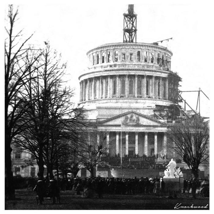 1861. március 4. Abraham Lincoln beiktatási ünnepsége a bővítés alatt álló Kapitólium épülete előtt..jpg