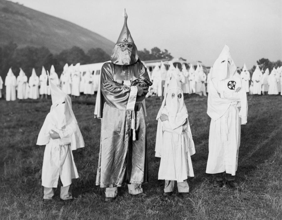 1948. KKK-gyerekek a Nagy Sárkány mellett. Georgia, USA.jpg