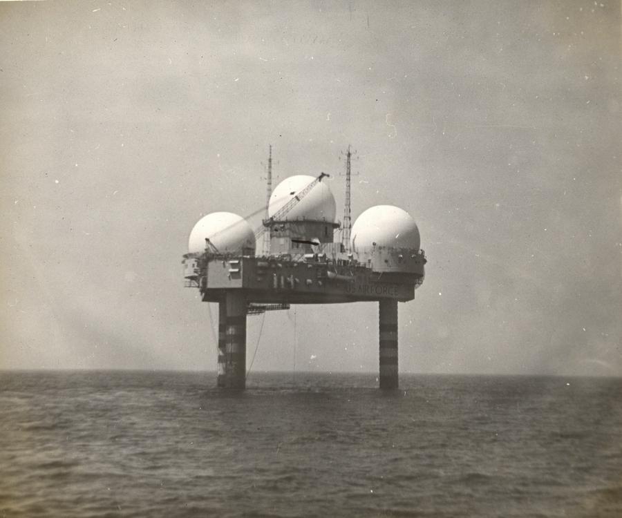 1959. Texas Tower 4. Az egyik légvédelmi radarállomás az Egyesült Államok keleti partvidékén kb. 101 kilométere New Yorktól. Mindössze három évig működött, de két vihar súlyosan megrongálta. Az utolsó viharban 28 tagú.jpg