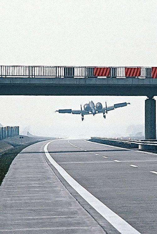 1984. március 25. A-10 Thunderbolt II landol az NSZK-ban az A29-es autópályán a Highway 84 NATO-gyakorlat során..jpg