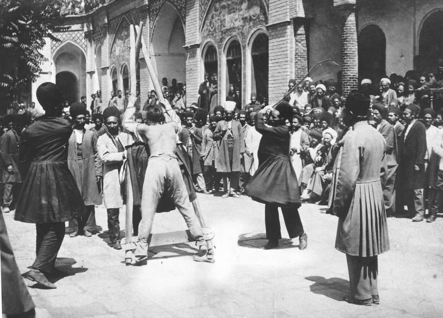 1910 körül. Perzsia (Irán). Nyilvános megvesszőzés..jpg