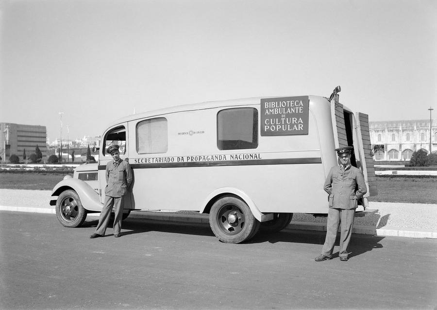 1940-es évek. Mozgó könyvtár Portugáliában..jpg
