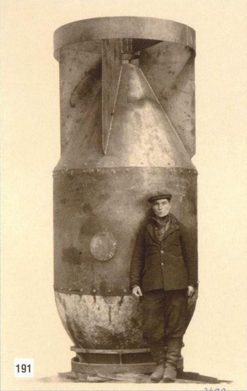 1949. Szovjet munkás egy korai atombomba-köpennyel..jpg