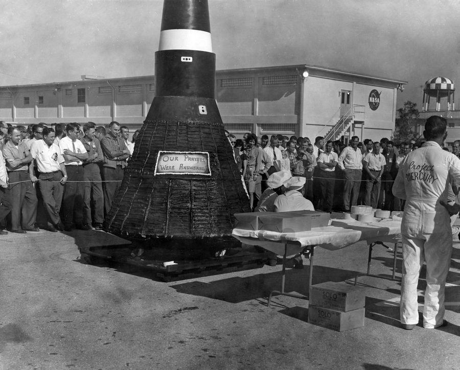 1962. február 23. Cape Canaveral. Óriási Friendship 7 űrhajó formájú torta..jpg