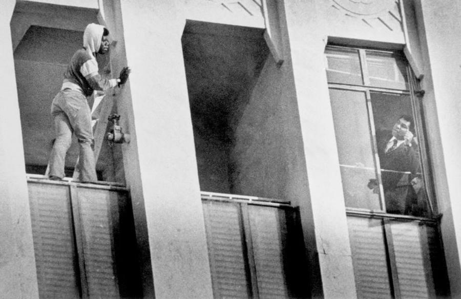 1981. Muhammad Ali hajol ki kilencedik emeleti lakása ablakából, hogy lebeszéljen egy férfit az öngyilkosságról. Los Angeles, Kalifornia..jpg