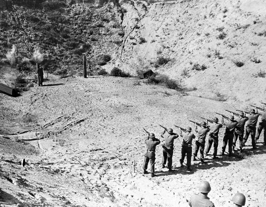 1945. június 11. Az amerikai kilencedik hadsereg katonái végzik ki a 16 éves Heinz Petry, egykori Hitlerjugend tagot, kémkedés miatt. Ő volt a legfiatalabb akire halálos ítéletet szabtak ki a háború után..jpg