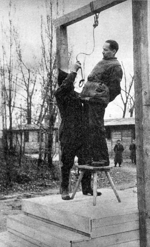 1947. Rudolf Höss egykori náci lágerparancsnok kivégzése az auschwitzi tábor területén..jpg